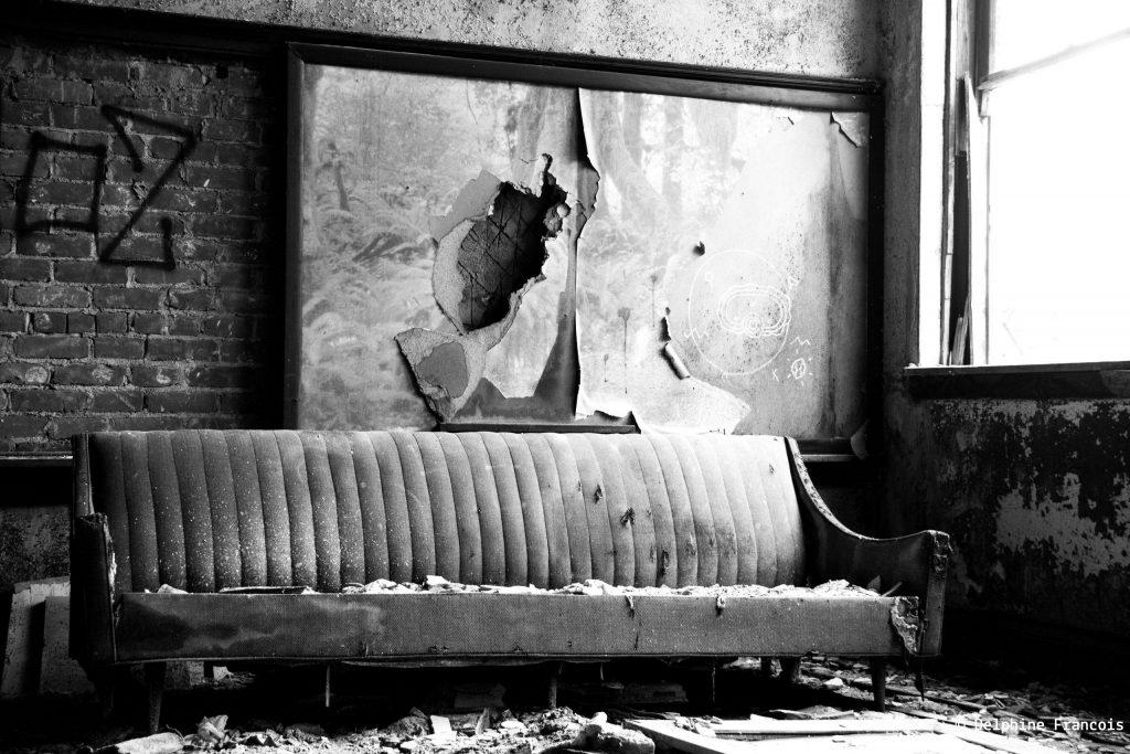 sofa abandonné