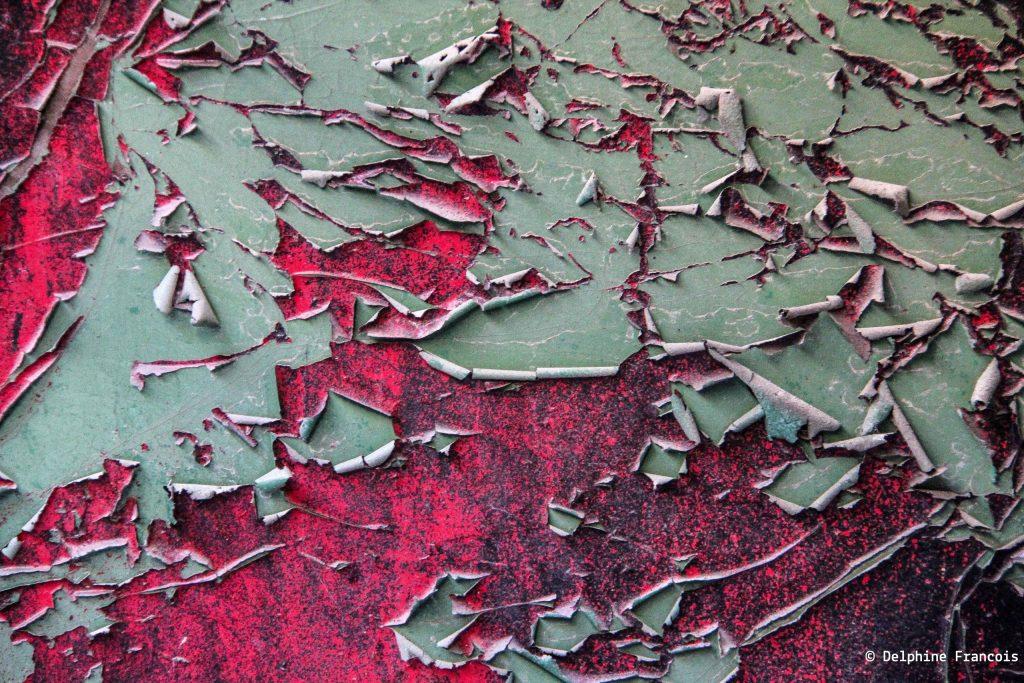 papier peint rouge déchiré