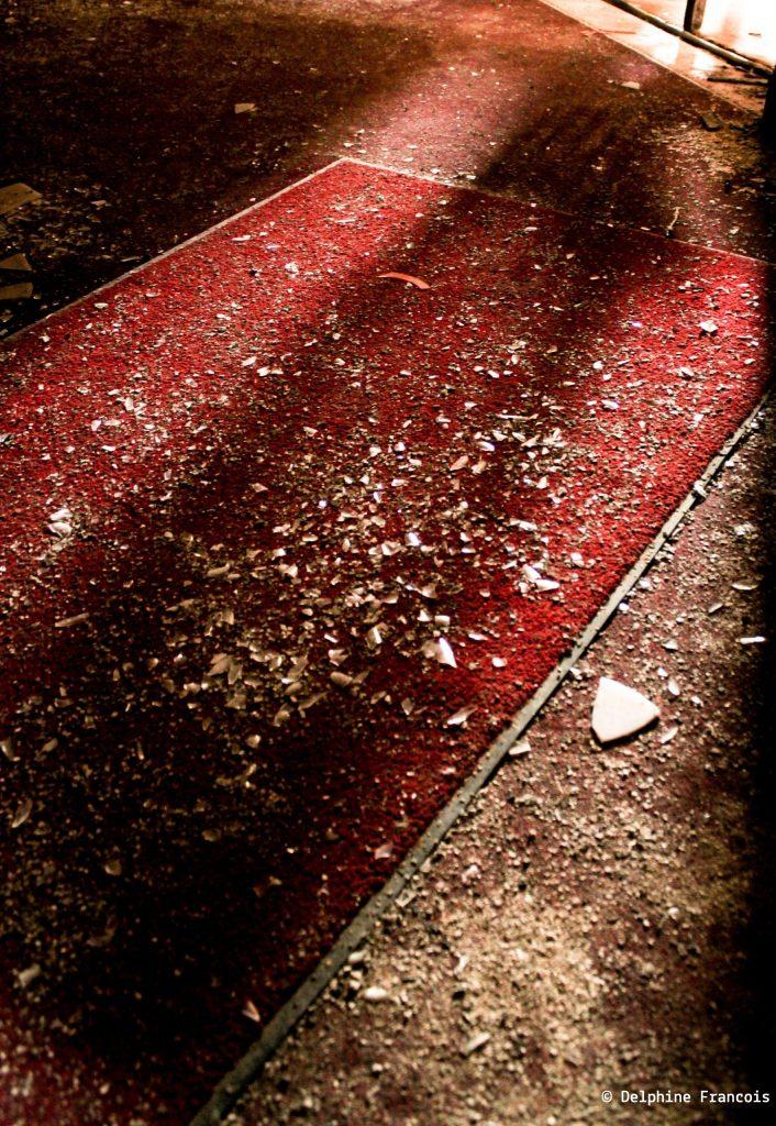 bris de verre sur tapis rouge