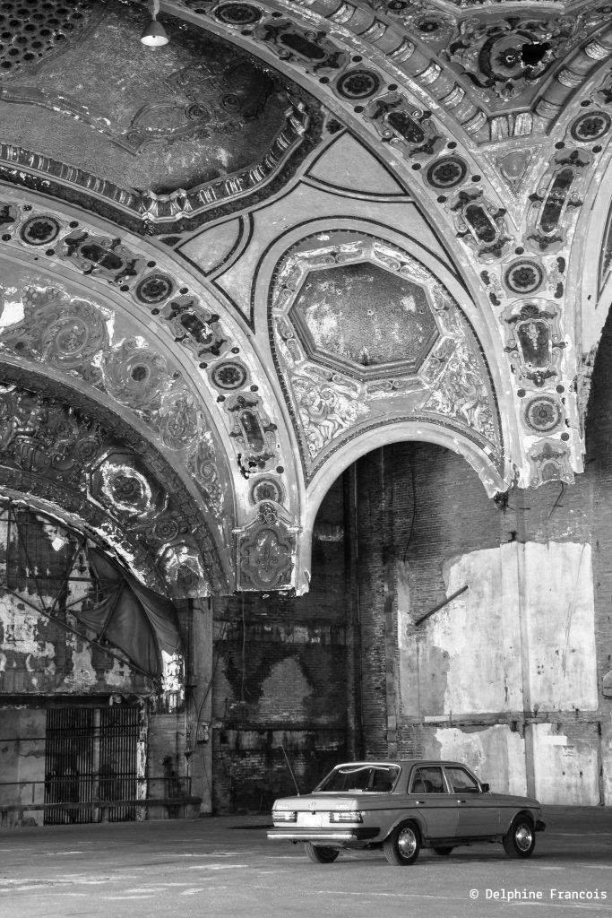 grand hall abandonné avec voiture garée dedans