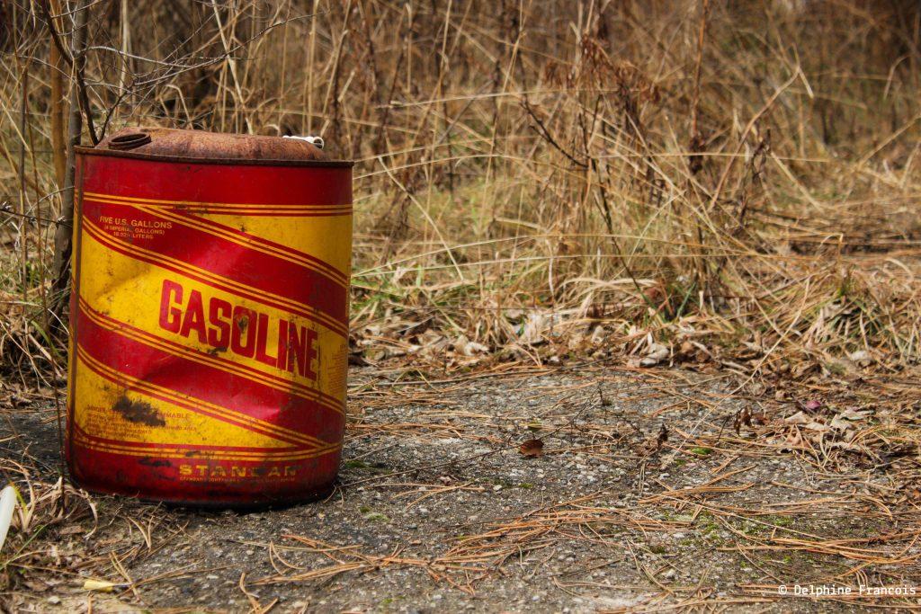 bidon d'essence abandonné sur bord de route
