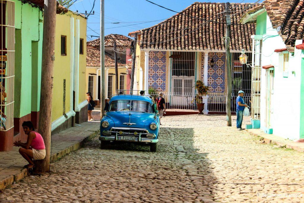 Rue pavée de trinitad avec voiture bleue garée sur le côté