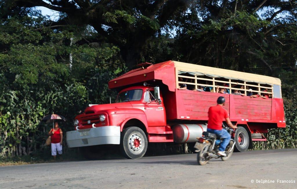 Bus rouge avec passante en rouge et motocycliste en rouge