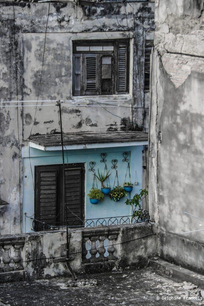 petit bout de façade coloré et rénové au milieu d'une grande façade délabrée