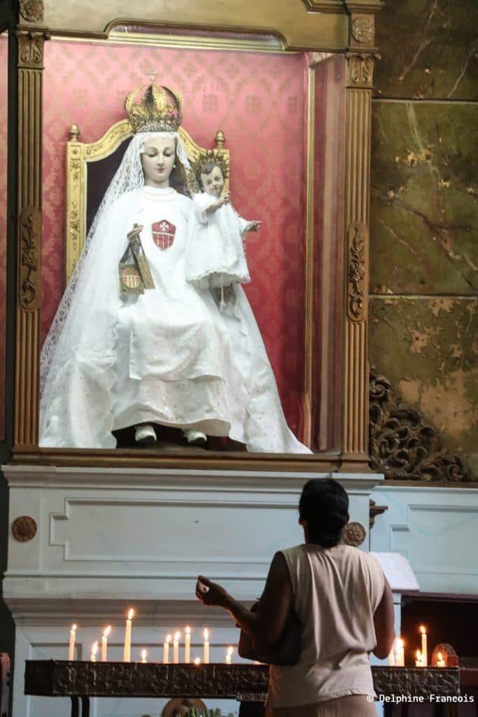 Croyant priant devant une Madone et l'enfant Jésus