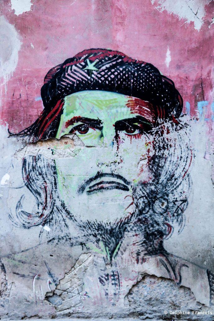 Portrait du Che dessiné sur un mur délavé