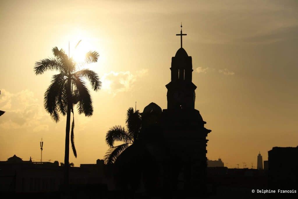Eglise en contre jour sous le soleil couchant