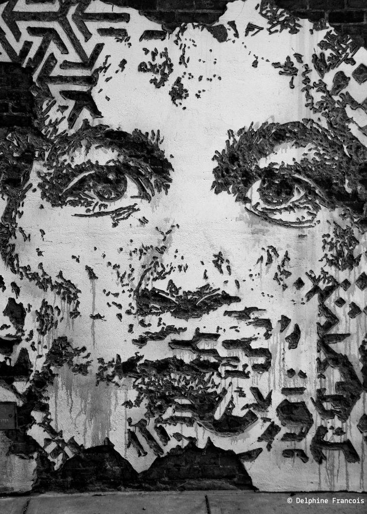Graffiti représentant le visage d'une homme en noir et blanc