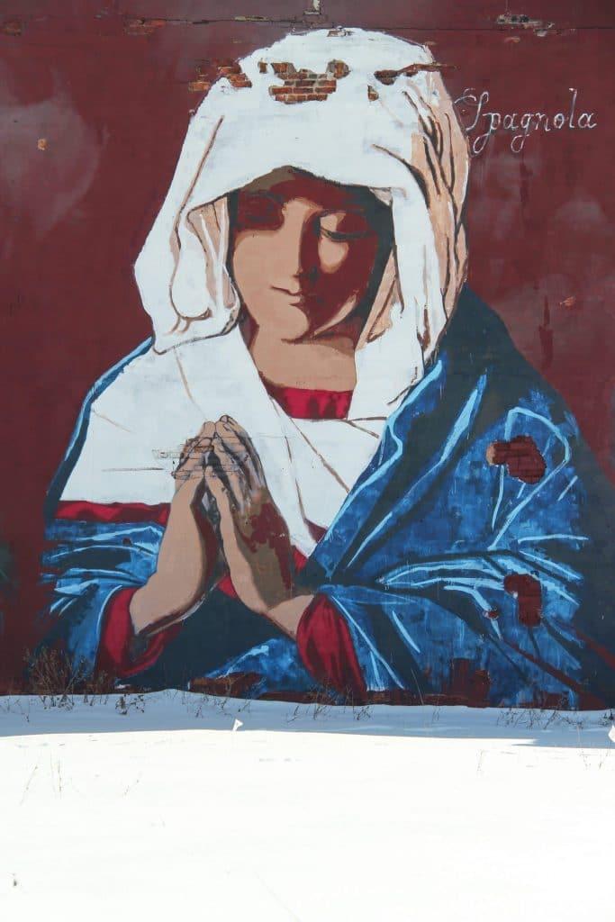 Graffiti représentant la madone en train de prier