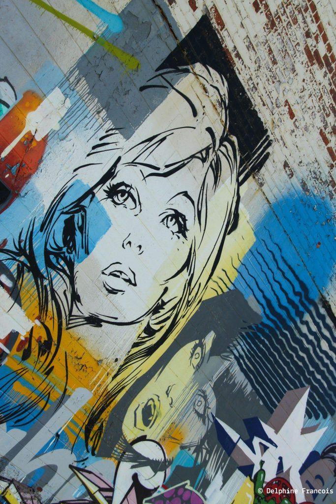 Graffiti représentant des visages de femmes tristes et desespérés