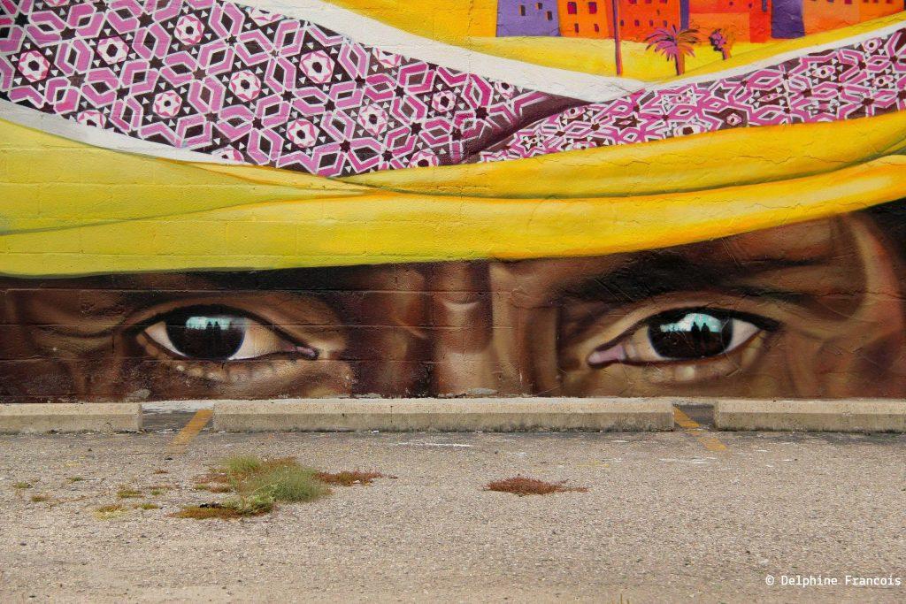 Grafitti représentant le regard d'un africain sous un turban jaune