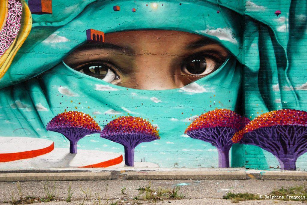 Graffiti représentant le regard d'un enfant sous un voile intégral