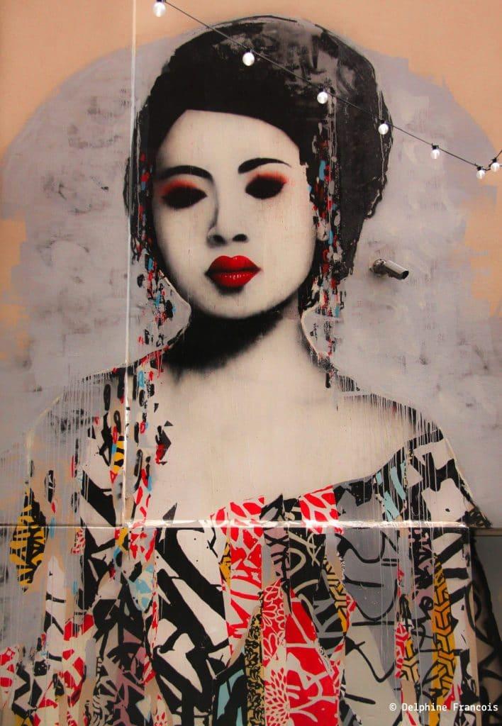graffiti représentant une geisha en noir et rouge