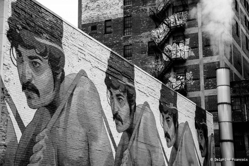 Graffiti représentant le même visage de travailleur plusieurs fois