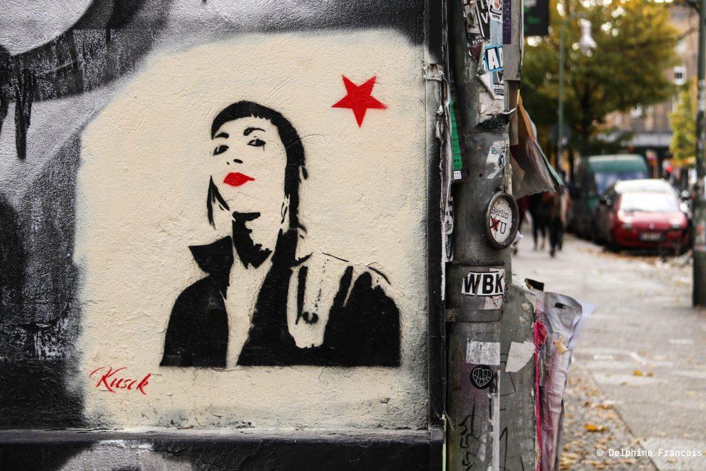 Image de femme noir et blanc sur un bout de mur avec une étoile rouge