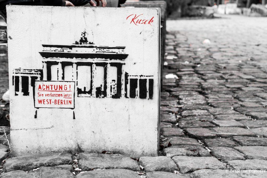 graffiti représentant la porte de brandenbourg en noir et blanc